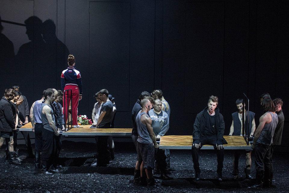 Благородных персонажей оперы угрюмые пролетарии весь спектакль держат на руках