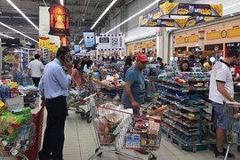 Многие жители в панике поспешили в супермаркеты и пункты обмена валют