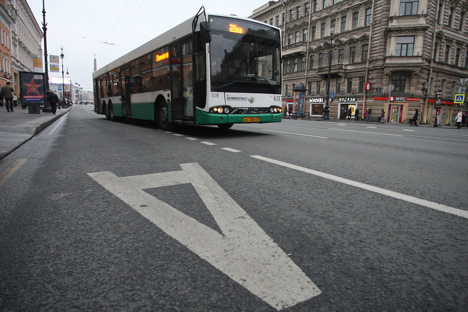 За проезд в автобусах Петербурга теперь можно платить банковскими картами