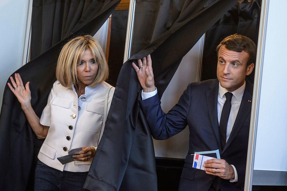 Президент Франции Эмманюэль Макрон вместе с супругой во время первого тура выборов в Национальное собрание