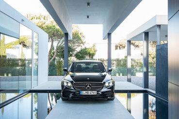 Крупная эмблема Mercedes-Benz на фальшрадиаторной решетке – традиционно отличительный знак спортивных модификаций штутгартской марки