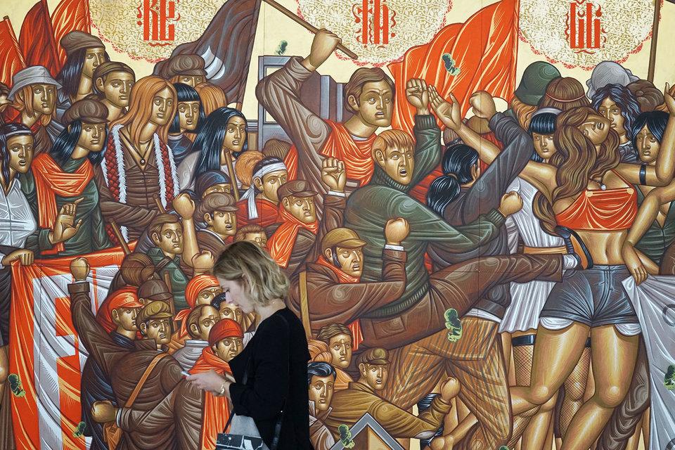 Кажется, что это традиции иконописания, но современный греческий художник Стелиос Файтакис работает акрилом по МДФ, в его работе Fortunately Absurdity is Lost («К счастью, абсурд исчез») чувствуются еще и немецкий экспрессионизм, и современный стрит-арт