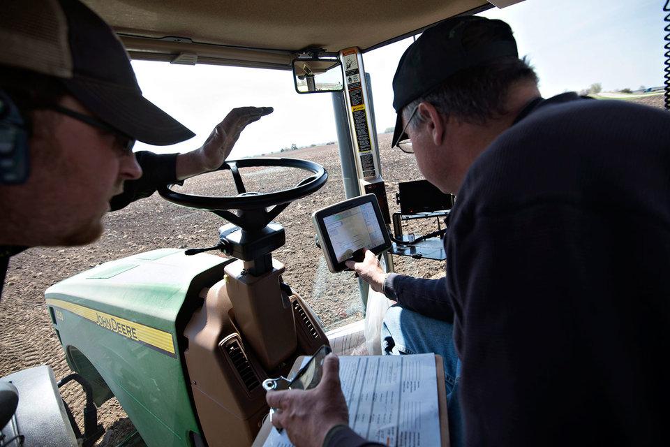 Фермер в кабине трактора сегодня больше похож на трейдера с Уолл-стрит, тем более что трактор сам выполняет поставленную задачу