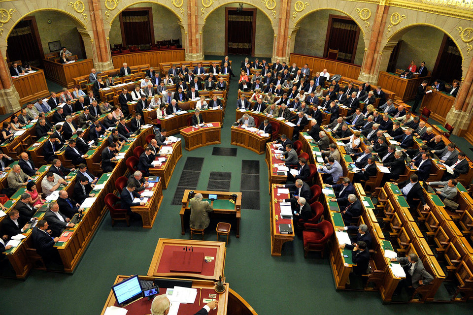 Парламент Венгрии во вторник принял закон, который усиливает контроль над неправительственными организациями (НПО), получающими иностранное финансирование на сумму не менее 24 000 евро в год