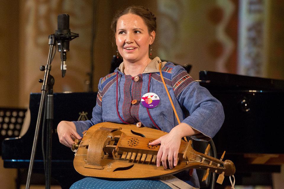 Фольклористка Ирина Пыжьянова сама играет и поет