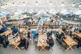 На Даниловском рынке теперь нет традиционных рядов с товарами. В центре располагается остров с рыбой и морепродуктами, от него лучами расходятся торговые зоны
