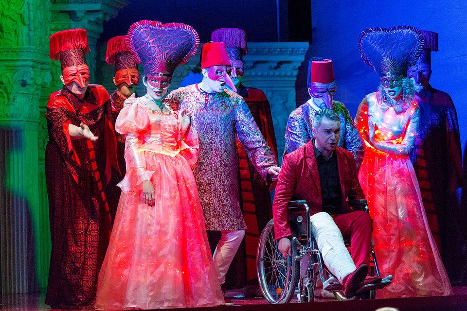 Неаполитанский маскарад – ключевая сцена оперы