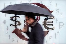 Рубль дешевеет к доллару и евро