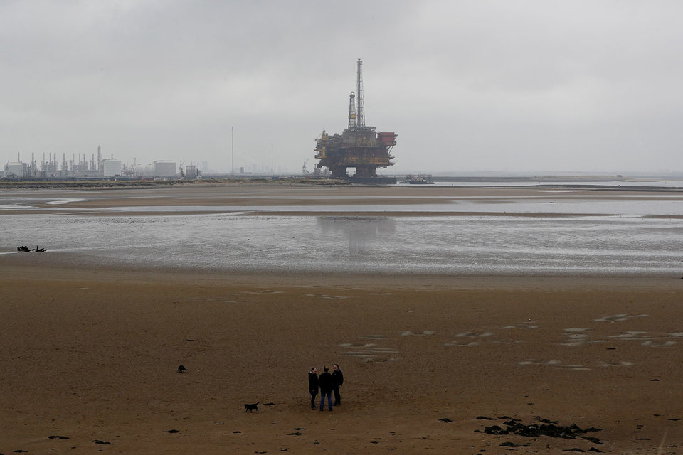 Цена на нефть марки Brent, международного эталона, в настоящее время на 59% ниже, чем на закрытии торгов три года назад