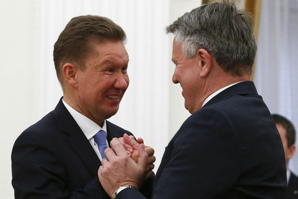 Возможно, предправления «Газпрома» Алексею Миллеру придется искать партнеров для Nord Stream 2 (на снимке с Беном ван Берденом)