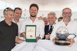 Владелец яхты-победительницы Вадим Якименко (в центре) с членами экипажа Freccia Rossa во время награждения