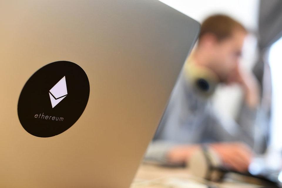 Сеть Ethereum была бы способна обработать распределенные во времени транзакции, но не одновременные