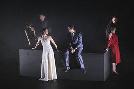 Режиссер Дмитрий Волкострелов сочетает в спектакле красоту и отстраненность