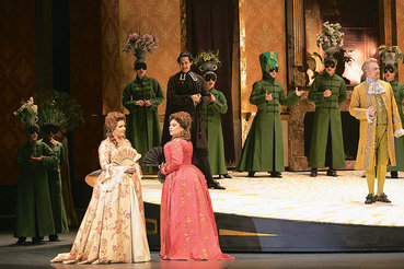 Эстетика костюмного спектакля как нельзя лучше подошла Анне Нетребко (слева) и образу ее героини