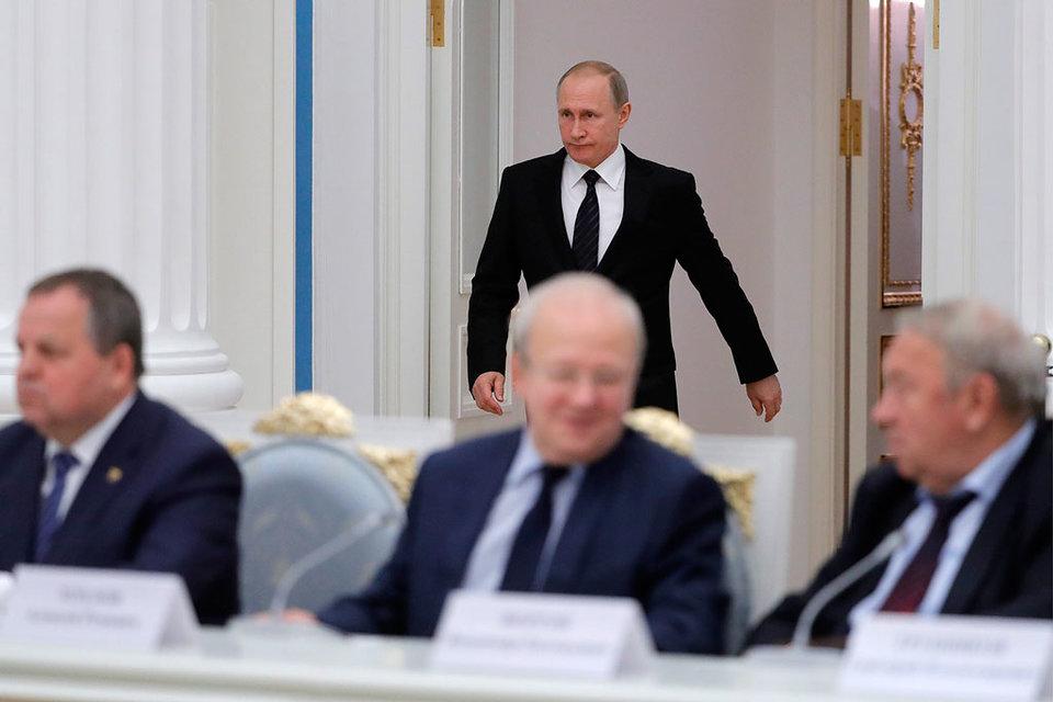 Владимир Фортов (справа) и его коллеги по РАН надеются, что убедили Владимира Путина