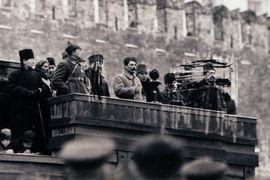 Затёртое изображение Бухарина, Рыкова и Каменева на фотографии 1925 года (похороны Фрунзе)