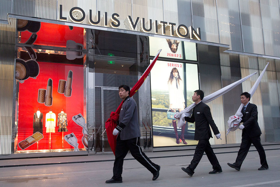 Жители Китая могут покупать только $50 000 в год и тратить валюту, но не инвестировать