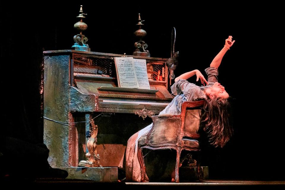 В «Компании майского жука» играют люди и одушевленные предметы – например, механическое пианино