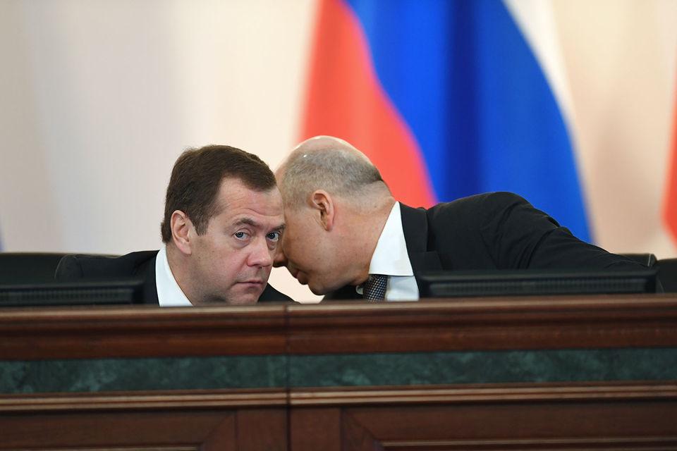 Правительство не спешит с реформами в бюджете (на фото: слева – премьер Дмитрий Медведев, справа – министр финансов Антон Силуанов)