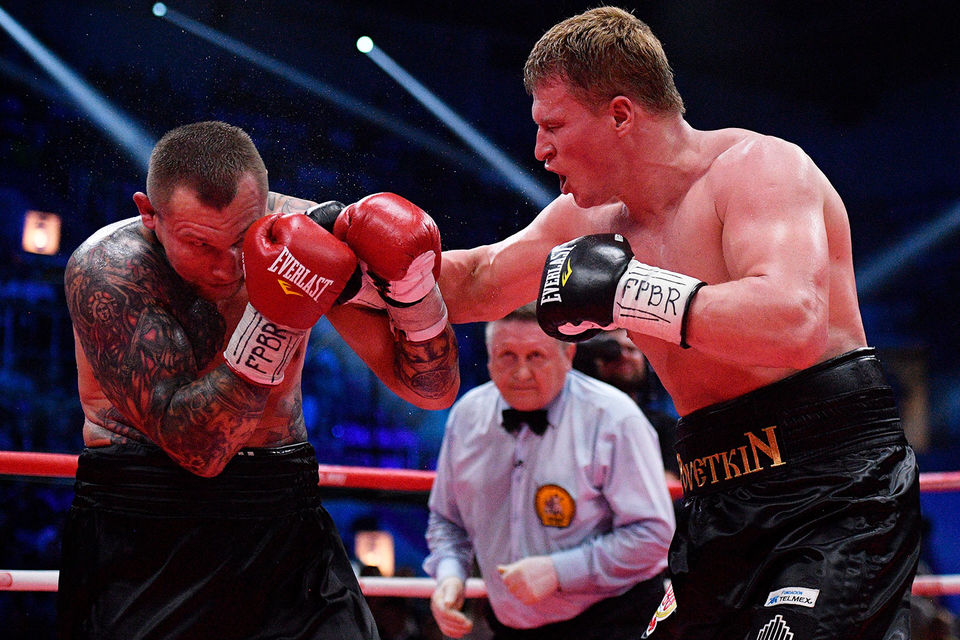 Александр Поветкин (справа) победил Андрея Руденко