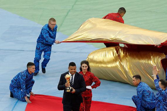 Бразильский футболист Роналдо выносит Кубок конфедераций