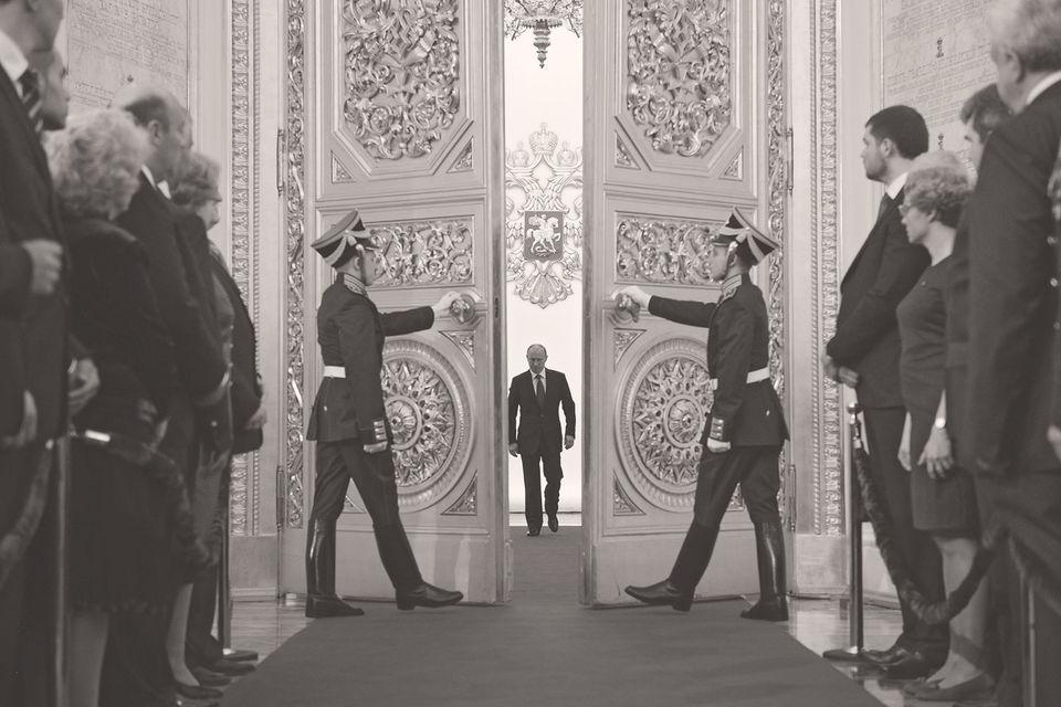 Поиски причин перелома экономической динамики так или инче приводят к политике - к занятию поста президента в 2012 г. Владимиром Путиным