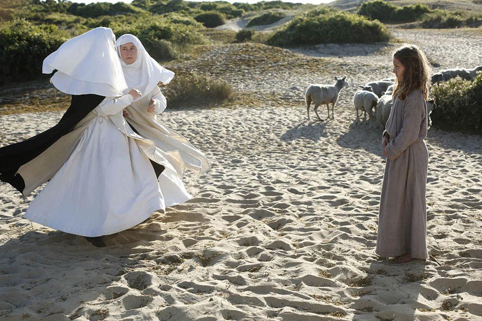 Явление маленькой Жанне монашек-двойняшек – один из самых смешных и самых драматичных моментов фильма