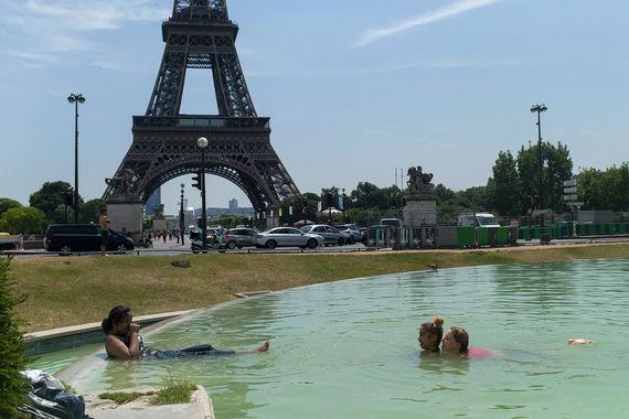Девушки плавают в фонтане садов Трокадеро в Париже. Жара во Франции держится со второй половины июня, а в последние дни достигала 35 градусов по Цельсию