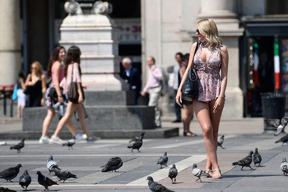 В Италии синоптики говорят, что нынешняя жара может побить все рекорды за последние 15 лет. Температура в стране примерно на восемь градусов выше среднего по сезону - 39 градусов в Милане и до 30 градусов в Альпах на высоте 1000 метров