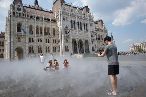 Жители Европы буквально стонут от аномальной жары. На фото: туристы охлаждаются в фонтанах в парке в центре Будапешта