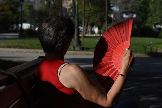 Из-за сильной жары в нескольких провинциях Испании действует особое предупреждение. Местные жители и туристы проводят время у водоемов, а также прячутся от солнца в тени