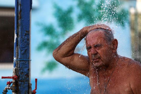 В Греции температурный рекорд в 45,9 градуса заставил жителей обратиться за помощью к врачам, сообщает телерадиокомпания «Петербург»