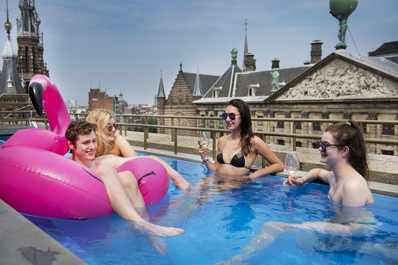 Гости отдыхают в бассейне на крыше отеля в Амстердаме