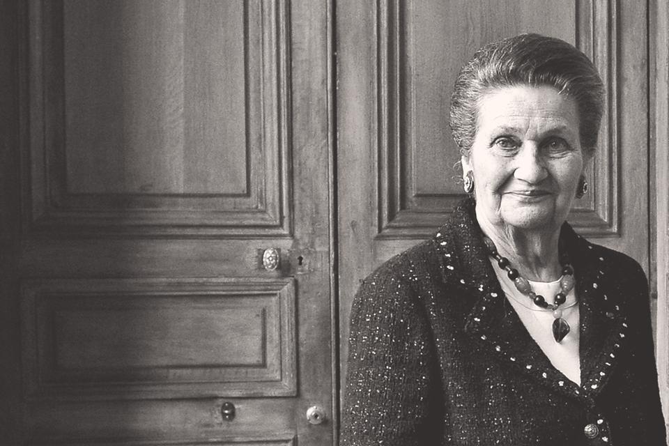 Симона Вейль стала всего лишь второй женщиной-министром в истории Франции и на этом посту добилась принятия закона, отменившего уголовную ответственность за аборт