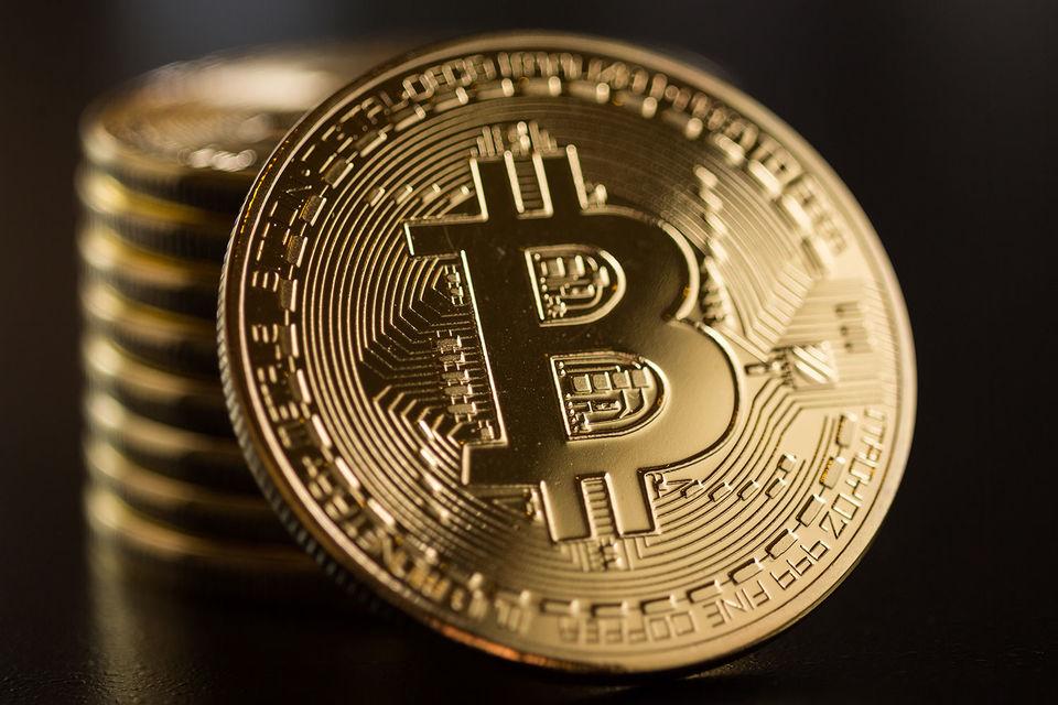 Сеть биткоина по-прежнему может проводить не более семи транзакций в секунду, поэтому у пользователя есть выбор: либо заплатить дополнительные комиссионные майнерам, либо ждать