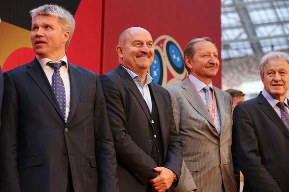 Главный тренер сборной России по футболу Станислав Черчесов (второй слева)