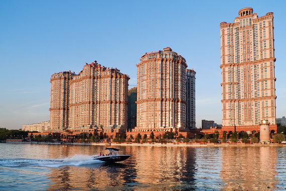 Больше всего высотных жилых проектов в столице у компании «Донстрой», подсчитали эксперты компании «Метриум групп». Сейчас этот девелопер продает квартиры в шести проектах, в составе которых есть высотные здания. Это «Сердце столицы» (высота 135 м, класс — бизнес, рядом с «Москва-сити»), «Лосиный остров» (101,1 м, класс — бизнес, район «Богородское»), «Долина Сетунь» (144,9 м, класс — премиум, ул. Мосфильмовская), «Алые паруса» — на фото (113,9 м, класс — премиум, район Щукино), «Суббота» (106 м, класс — премиум, рядом с метро «Белорусская»), «Символ» (99,5 м, класс — бизнес, район Лефортово)