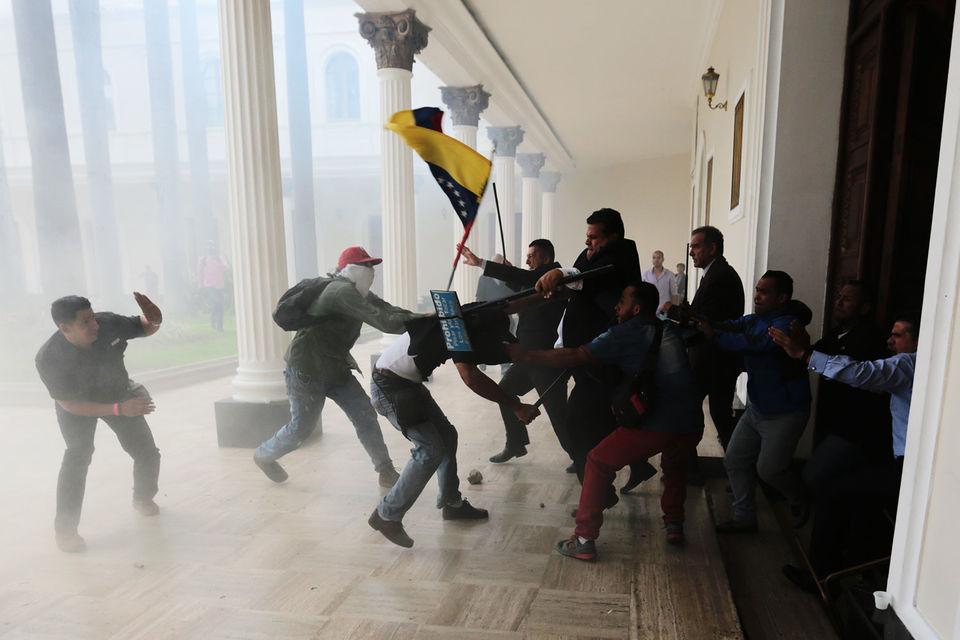 Венесуэльские «титушки», которые поддерживают президента, взяли штурмом парламент страны