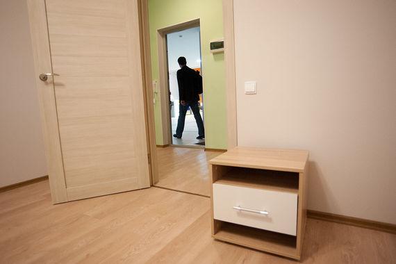 Москвичам могут достаться просторный  коридор со светлой отделкой,  изолированные комнаты, кабель-каналы в плинтусах, безопасные розетки