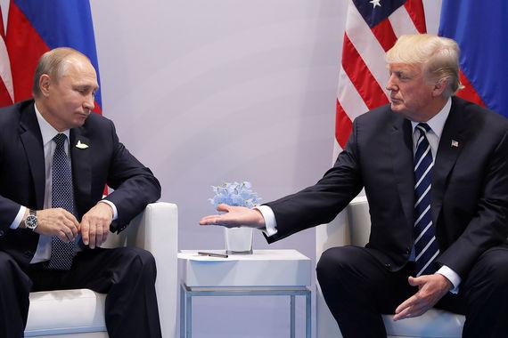 Перед тем как встречу Путина с Трампом закрыли для прессы, журналисты выкрикнули вопросы о том, будет ли Трамп поднимать тему хакерских атак на избирательную систему США. Трамп проигнорировал вопрос