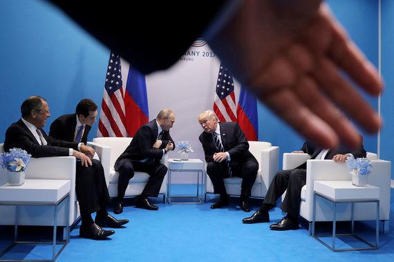 Официальная встреча Трампа и Путина в Конгресс-центре. Для переговоров глав двух государств выделена комната под номером 14, оформленная в успокаивающих бело-голубых тонах. В помещении у стены кресла для лидеров, перпендикулярно - места переводчиков и руководителей внешнеполитических ведомств Сергея Лаврова и Рекса Тиллерсона