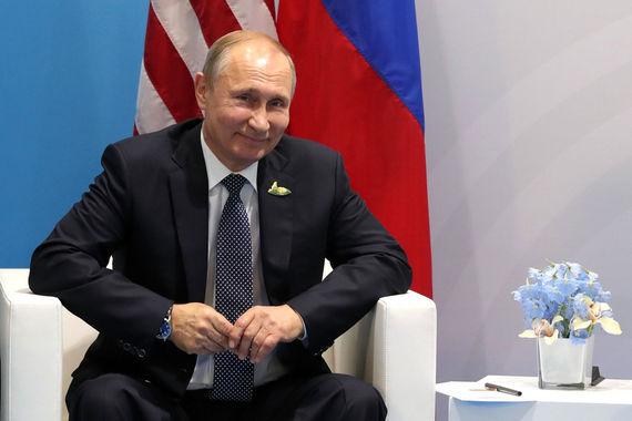 Министр экономразвития Максим Орешкин подробнее рассказал, как Трамп и Путин поговорили на закрытой сессии G20 до личной встречи. «Когда выступал президент Российской Федерации, он немножко вернул президенту Трампу, сказав, что президент Трамп говорит о справедливости в международной торговле, но о какой справедливости можно говорить в той ситуации, когда есть финансовые ограничения, есть торговые ограничения», - цитирует министра «Интерфакс»