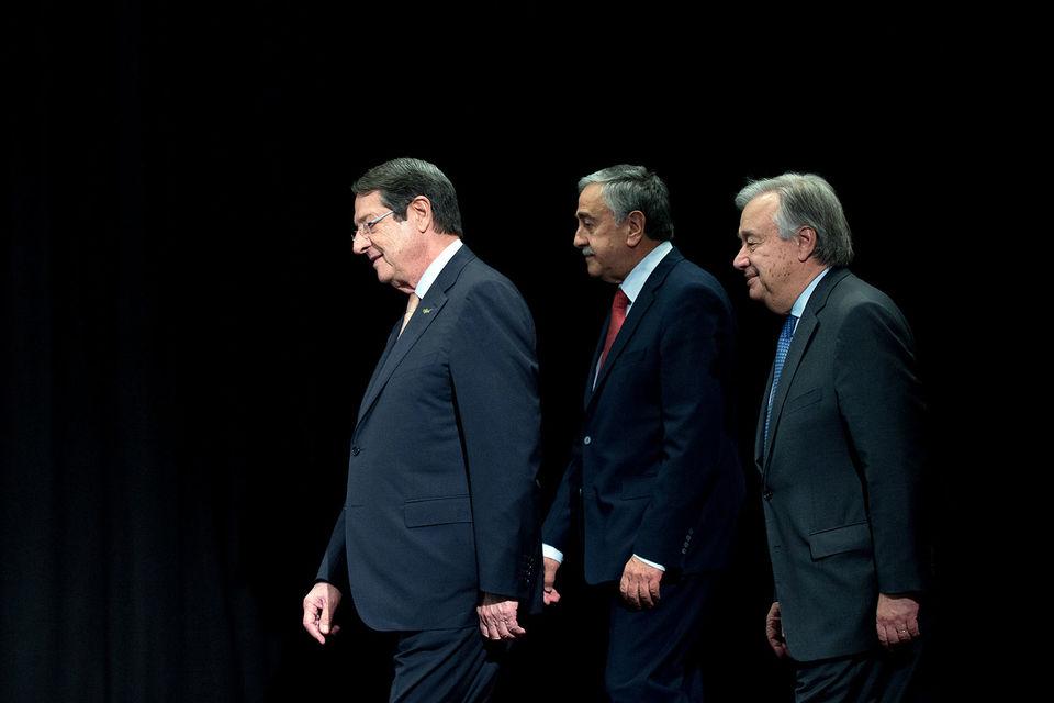 Президент Кипра Анастасиадес, лидер Северного Кипра Акынджи и генсек ООН Гутерриш (на фото слева направо) не смогли договориться об объединении острова
