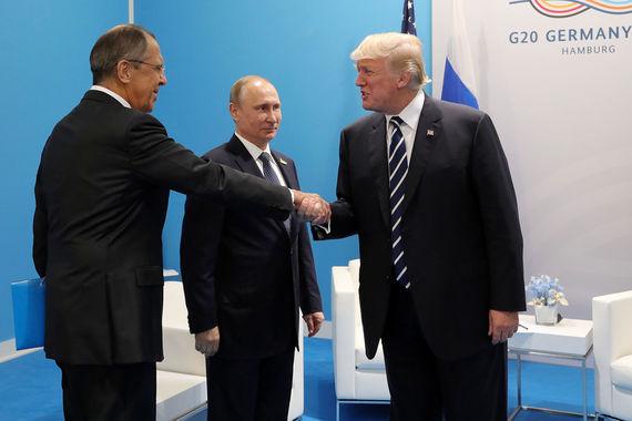 Встреча президентов длилась 2 часа 20 минут – включая открытую часть. На фото Дональд Трамп здоровается с министром  иностранных дел России Сергеем Лавровым