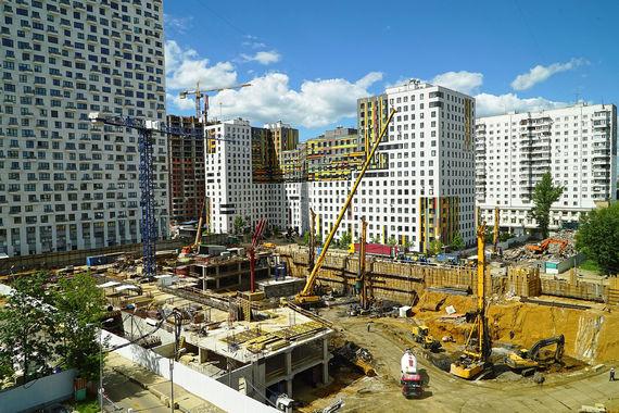 ЖК Wellton Towers от Концерна КРОСТ — часть ЖК «Wellton Park» в районе Хорошево-Мневники. Запроектировано строительство трех небоскребов высотой до 200 м (58 этажей) общей площадью 120 000 кв. м.  Любопытно, что территория комплекса будет расположена не на земле, а на кровле стилобата. К примеру, двор с детскими площадками и газонами будет находиться на уровне третьего этажа