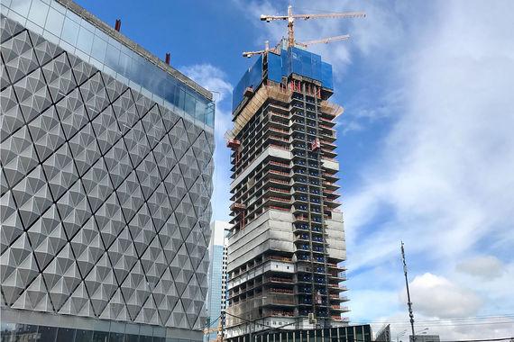 Комплекс Neva Towers реализуется на территории ММДЦ «Москва сити» компанией Renaissance Development. Он состоит из двух высотных зданий в стиле high-tech. Первая башня — высотой 63 этажа (290 м), в ней разместятся офисы, а также 396 апартаментов. Вторая башня высотой 77 этажей (338 м) будет полностью отдана под жилые помещения — 781 апартамент. Общая площадь апартаментов в проекте — 115 308 кв. м. Согласно отчету компании Savills, около 84% всех сделок «Москва-сити» в I квартале 2017 г. пришлось именно на комплекс Neva Towers. Кроме того, примерно треть всех сделок на рынке новостроек премиум-класса в Москве пришлось именно на этот проект.