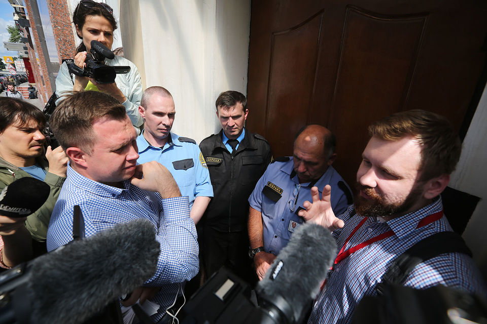 Несколько штабов Алексея Навального подверглись атаке полиции