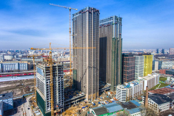 «Бронза» по высотному строительству достается компании MR Group. На конец первого полугодия 2017 г. девелопер вел строительство четырех высотных проектов. Это «Савеловский сити» — на фото (155,6 м, класс — комфорт), «Селигер сити» (127,5 м, класс — комфорт, район Бескудниково), «Пресня сити» (156 м, класс — бизнес, Пресненский район) и «Фили град» (108 м, класс — комфорт, район — Филевский парк). Общая жилая площадь квартир и апартаментов в этих небоскребах — 265 506 кв. м.