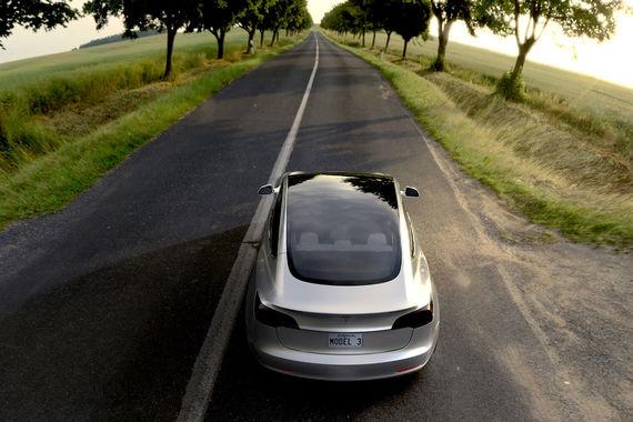 К декабрю автоконцерн будет производить 20 000 автомобилей ежемесячно, обещал Маск. «Еще до момента, когда он снял покрывало с автомобиля, на него сделали 115 000 предзаказов - то есть более 100 000 человек заплатили по $1000 за автомобиль, который они даже не видели», - писал Wired. На момент старта серийного производства у Tesla было 400 000 заказов на Model 3 (на фото: макет Mode 3)