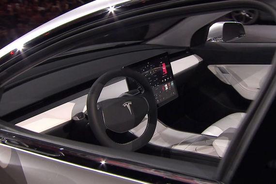 Стоимость Model 3 в базовой комплектации – около $35 000. Предыдущие модели (седан Model S и кроссовер Model X) в минимальной комплектации обходились покупателям в $84 000 (на фото: макет Model 3)